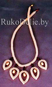 Ожерелье ''Листики'', сплетенное из бисера в технике квадратного жгута