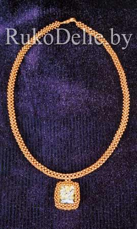 Кулоны на квадратном жгуте, сплетенном из бисера.