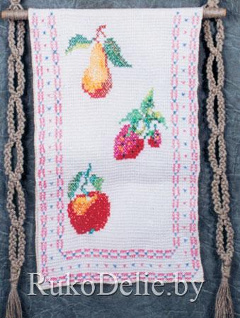 Полотенце с вышивкой ягод и