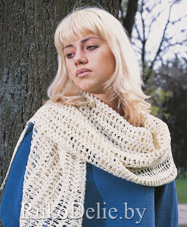 Вязаный спицами шарф-палантин