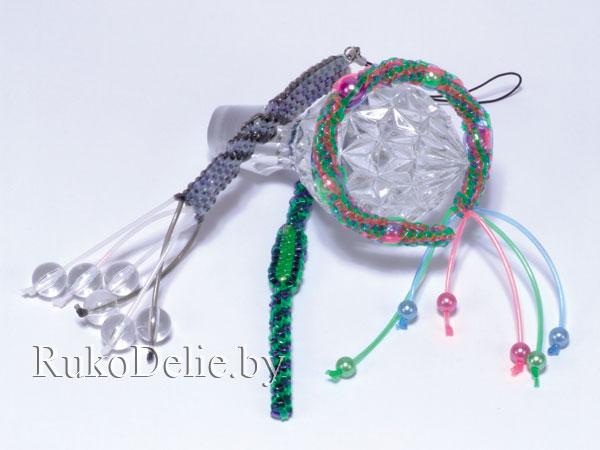 Для чёрно-белого брелока сплети 2-3 см прямоугольным плетением... фурнитура для брелока. плетение скубиду...