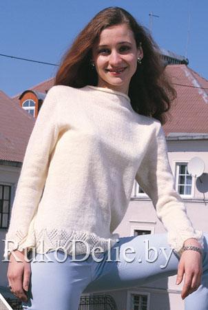 Белый пуловер с ажурной каймой, связанный на машине